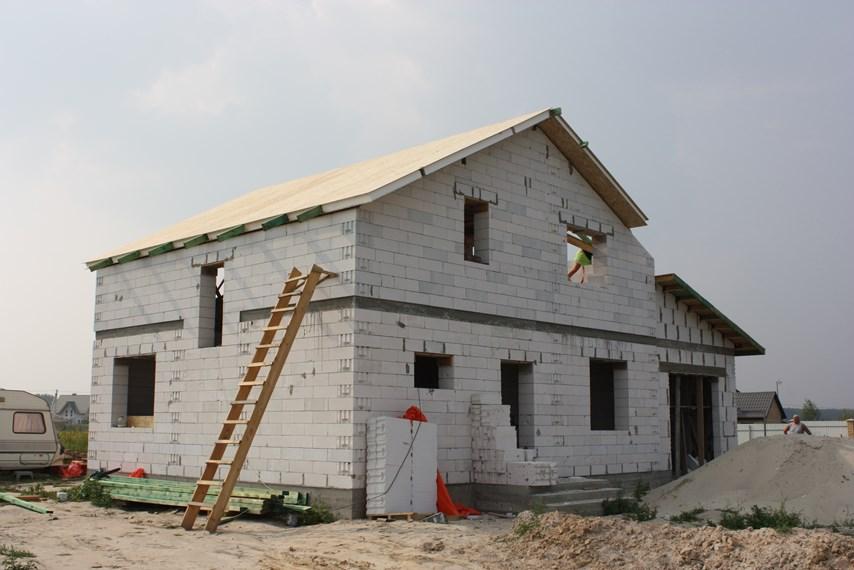 Дом с СИП-крышей из газоблоков
